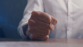 Ver?rgerter Chef schl?gt seine Faust auf dem Tisch Drohung der Gewaltt?tigkeit Chef zeigt Angriff stock footage