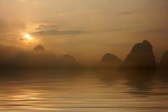 över soluppgångvatten Arkivfoton