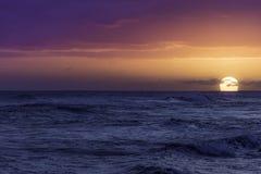 ?ver Stillahavs- solnedg?ng royaltyfri fotografi