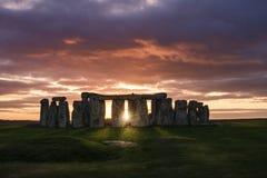 över stonehengesolnedgång Arkivfoton