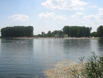 Ver strand op een meer Stock Afbeelding
