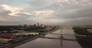 ?ver trafiken Kansas City MO f?r rusningstid f?r Missouri River broarkitektur stock video