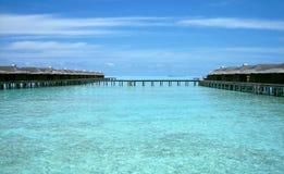 Över vattenbungalow med moment in i den fantastiska lagun Royaltyfria Bilder