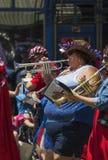 Över viktkvinna trumpetar lekar Juli 4, självständighetsdagen ståtar, Telluride, Colorado, USA Royaltyfri Foto