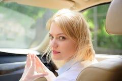 Ver weg het gaan De sexy vrouw geniet weg van reis Het reizen door wegvervoer Mooie vrouwenreis door automobiel vervoer stock fotografie