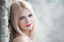 Vera, blonder Gesichtsnatursommer, weißer Hintergrund Stockfotografie