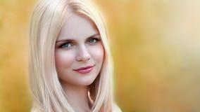 Vera, de de aardherfst van het blondegezicht! stock foto
