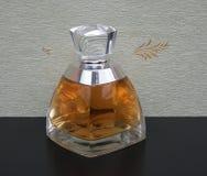 Vera Wang, fragancia para las señoras, botella de perfume grande delante del wallcovering Elysee del satén fotografía de archivo