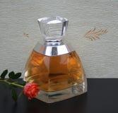 Vera Wang, fragancia para las señoras, botella de perfume grande delante del wallcovering Elysee del satén adornada con un inglés foto de archivo libre de regalías