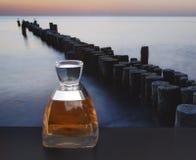 Vera Wang, fragancia para las señoras, botella de perfume grande delante de la imagen de un rompeolas en el mar foto de archivo