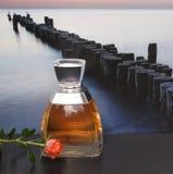 Vera Wang, fragancia para las señoras, botella de perfume grande delante de la imagen de un rompeolas en el mar adornado con una  foto de archivo