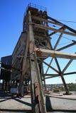 Veraltete Grube in unterbrochenem Hügel Stockfotografie