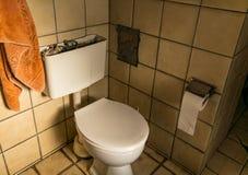 Veraltete Retro- Toilette von den Achtziger Jahren stockfoto