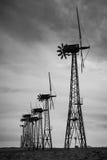Veraltete Windkraftanlagen, hintergrundbeleuchtet Lizenzfreie Stockbilder