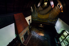 Veraltete Zinn-u. Messing-Pfeifenorgel und Kamin - verlassener Musik-Raum in der Villa Lizenzfreie Stockfotos