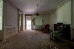 Veralteter Raum mit Leuchter - verlassene Villa Stockfotografie