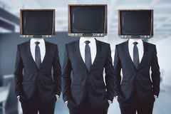 Veraltetes Fernsehen ging Geschäftsmänner voran Lizenzfreie Stockbilder