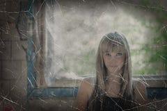 Veraltetes Foto von blonde behaarte Frauen gegen Fenster Stockbilder