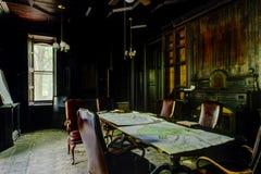 Veraltetes Holz täfelte Bibliothek - verlassene Villa Stockbilder