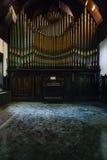 Veraltetes Zinn u. Messing-Pfeifenorgel - verlassener Musik-Raum in der Villa Lizenzfreies Stockfoto