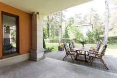 Veranda con la tavola e le sedie di legno Fotografia Stock Libera da Diritti