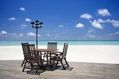 Veranda della spiaggia con la tabella e le presidenze Fotografia Stock Libera da Diritti