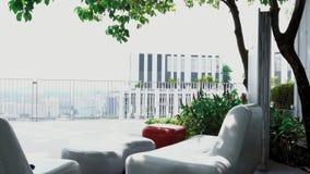 Veranda eller terrass med arbeteutrymme på det bästa golvet lager videofilmer