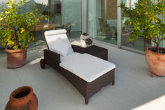 Veranda met chaise-longue stock afbeelding