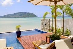 Veranda mit Stühlen und einer Ozeanansicht Lizenzfreies Stockbild