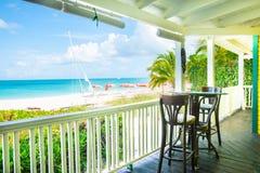 Verandaplatser som förbiser den karibiska stranden och havet Royaltyfria Bilder