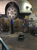 Verander de olie in de motor in de autodienst stock foto