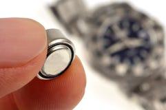Verander een horlogebatterij stock foto