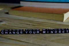 Verander uw denkrichting op houten blokken Motivatie en inspiratieconcept stock afbeelding