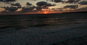Veranderde staat De camerabewegingen terug van het overzees en de golf verwijdert zich Reusachtige golven bij zonsondergang stock footage