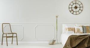 Veranderende kadersvideo van een elegant slaapkamerbinnenland met een metaalklok die boven het bed hangen stock video