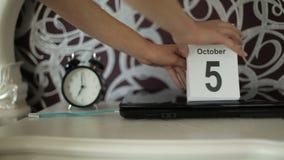 Verandering van kalenderaantallen, 6 Oktober, Maandag stock videobeelden