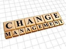 Veranderingsbeheer in gouden kubussen Stock Afbeelding