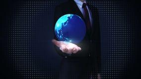 Verandert de zakenman uitgespreide handen, Aarde de talrijke onroerende goederenbouw, onroerende goederenbedrijfsteken