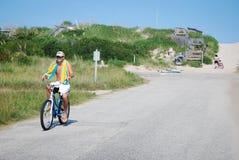 Veraneante na bicicleta em bancos exteriores foto de stock royalty free