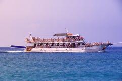 Veraneantes en los turistas del centro turístico que flotan en un yate blanco imagen de archivo