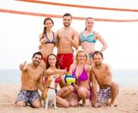 Veraneantes que jogam o voleibol na praia Foto de Stock Royalty Free