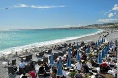 Veraneantes que sentam-se no café na praia, Riviera francês, agradável Foto de Stock