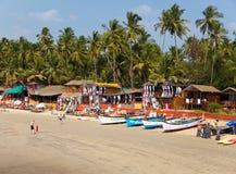 Veraneantes, vendedores, café en la playa tropical Palolem, el 31 de enero de 2014 en Goa, la India Imagen de archivo libre de regalías