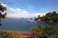 Verankerd jacht in mooie natuurlijke baai Royalty-vrije Stock Afbeeldingen