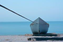 Verankerde boot aan wal Royalty-vrije Stock Afbeeldingen