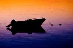 verankerde boot bij zonsondergang Stock Afbeeldingen