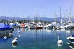 Verankerde jachten in Meer Genève bij schemering, Zwitserland stock afbeeldingen