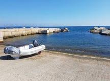 Verankerde rubberboot dichtbij overzees met blauwe hemel Royalty-vrije Stock Fotografie