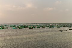 Verankerde vissersboten in overzees stock fotografie