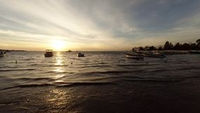 Verankerde vissersboten tijdens zonsondergang bij Egeïsche overzees stock footage
